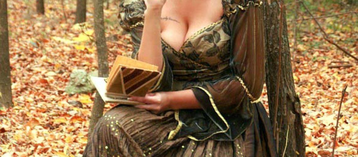 femme écrit dans la forêt